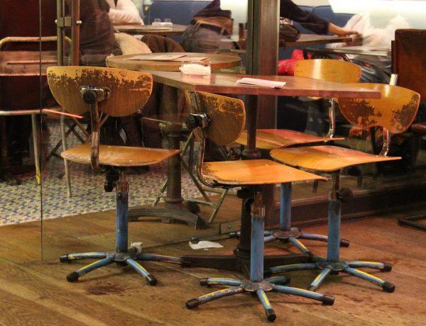 style-industriel-chaises-écolier-chinées