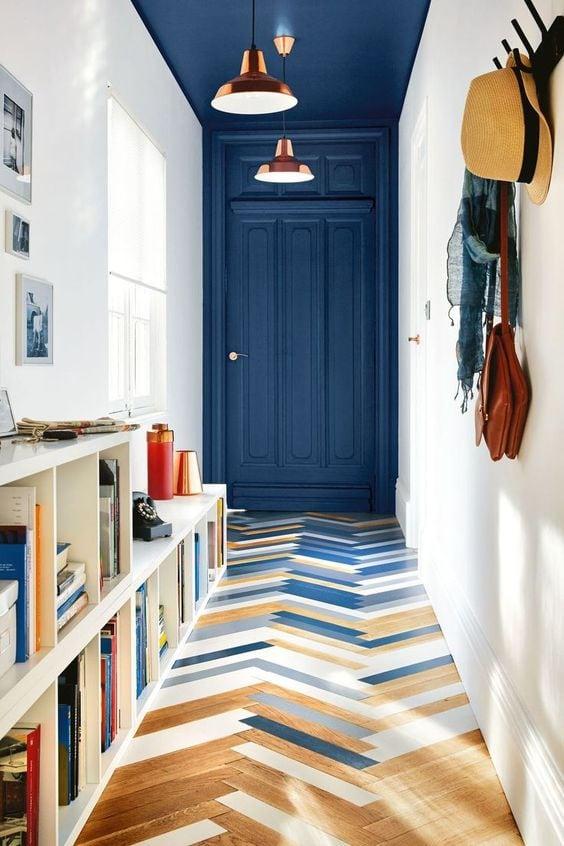 Comment-decorer-un-couloir-avec-de-la-couleur-au-plafond-2
