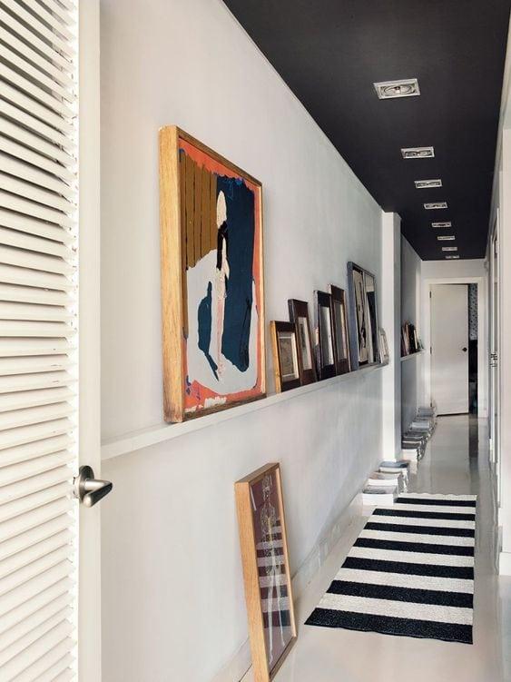Decorer-un-couloir-avec-de-la-couleur-au-plafond